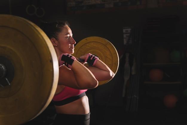 Koncepcja fitness z kobietą robi podnoszenie ciężarów
