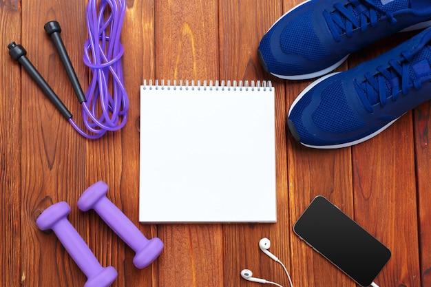Koncepcja fitness z trampki, hantle