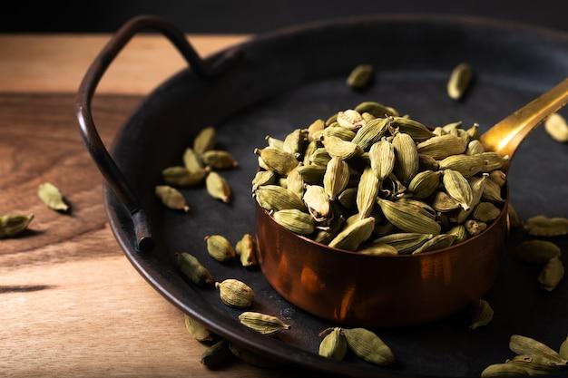 Koncepcja food spices kardamon lub strąka kardamonu w miedzianym kubku z miejsca na kopię