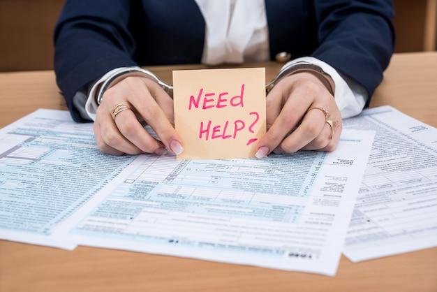 Koncepcja formularza podatkowego - młotek z kajdankami w formie pieniędzy