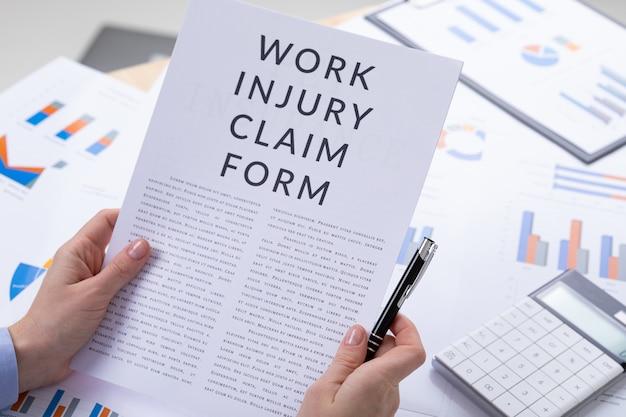 Koncepcja formularza roszczenia z tytułu wypadku przy pracy, dokumenty na pulpicie