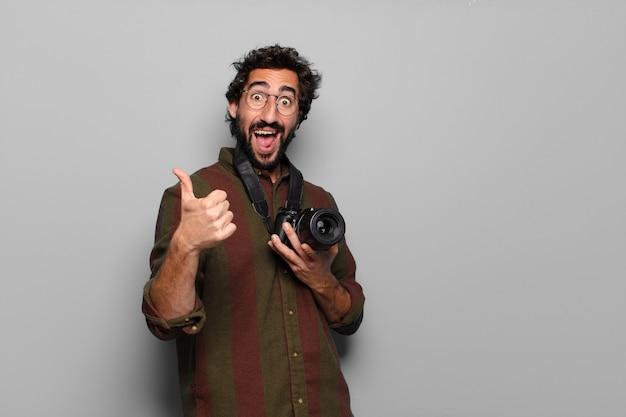 Koncepcja fotograf młody brodaty mężczyzna