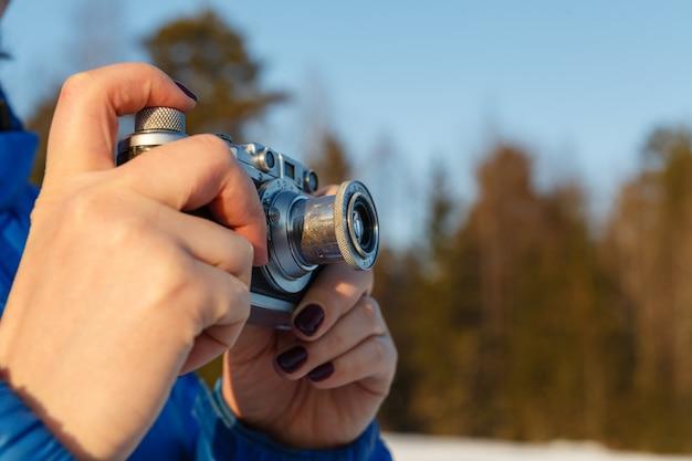 Koncepcja fotografii amatorskiej na zewnątrz, vintage aparatu w ręce
