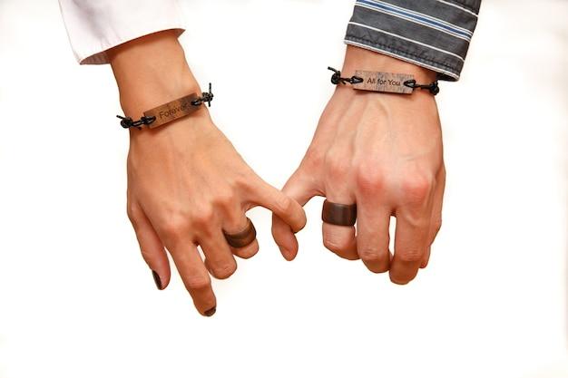 Koncepcja fotografowania przyjaźni i miłości mężczyzny i kobiety dwie ręce są ze sobą połączone