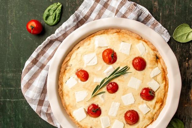 Koncepcja francuskiej domowej kuchni szpinak ciasto quiche lorraine na desce