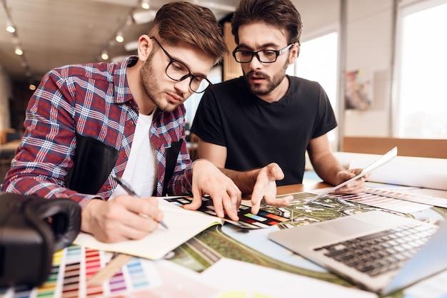 Koncepcja freelancer. dwóch projektantów pracujących razem