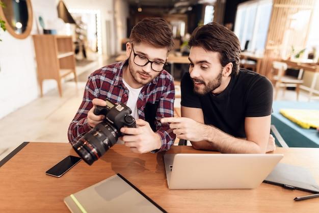 Koncepcja freelancer. fotografowie z kamerą.