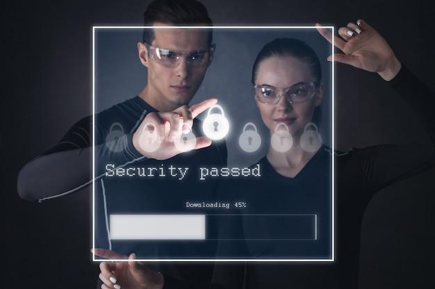 Koncepcja futurystycznego bezpieczeństwa technologii, internetu i sieci. mężczyzna i kobieta korzystający z wirtualnego ekranu dotykowego z blokadą bezpieczeństwa