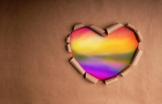 Koncepcja gejów, homoseksualistów, lgbtqi. papier rzemieślniczy jako kolor tęczy w kształcie serca. symbol miesiąca dumy
