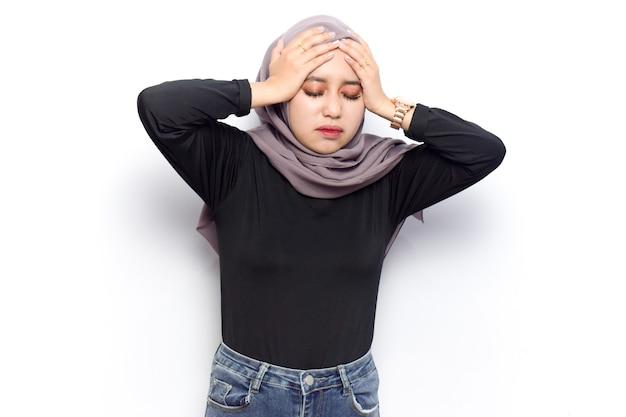 Koncepcja gest bólu głowy młodych pięknych muzułmańskich azjatyckich kobiet ubiera się welon hidżab