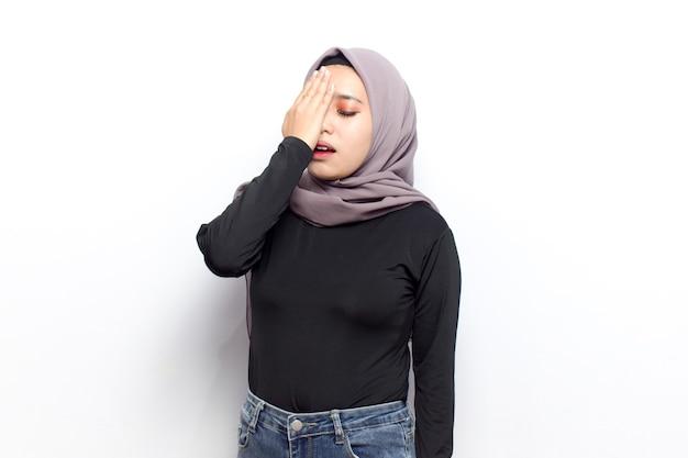 Koncepcja gestu bólu głowy młodych pięknych muzułmańskich azjatyckich kobiet ubiera się welon hidżab i czarną koszulę
