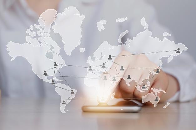 Koncepcja globalnej komunikacji przedstawiona na mapie świata.