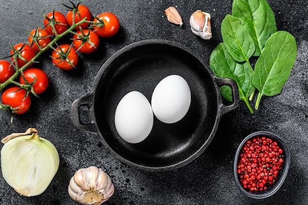 Koncepcja gotowania śniadanie ze smażonymi lub gotowanymi jajkami