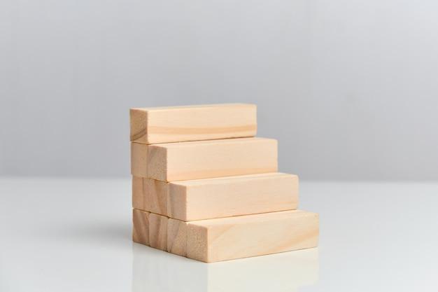 Koncepcja gotowego biznesplanu. drewniane klocki na białej przestrzeni.