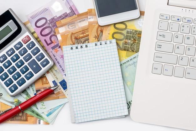 Koncepcja gotówki euro i miejsca pracy na białym tle