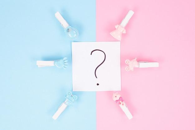 Koncepcja gry przewidywania świątecznych wydarzeń. fotografia znaku zapytania w środku i spinaczy do bielizny wokół podzielonych na części na białym tle kolorowym tle