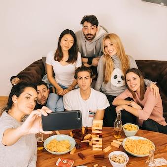 Koncepcja gry tabletop z uśmiechniętymi przyjaciółmi