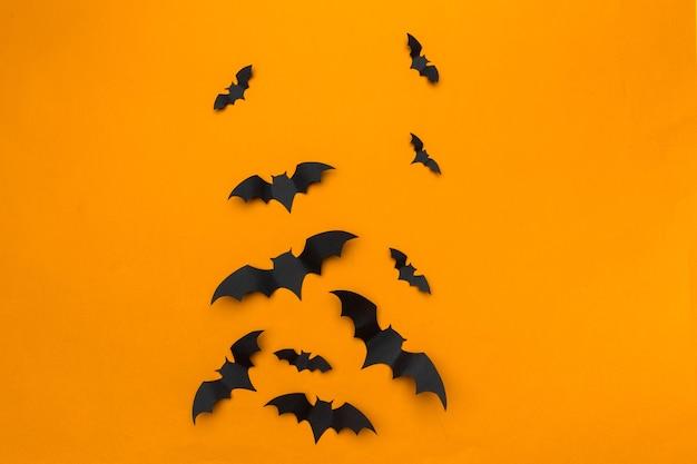 Koncepcja halloween i dekoracji - latające nietoperze papierowe