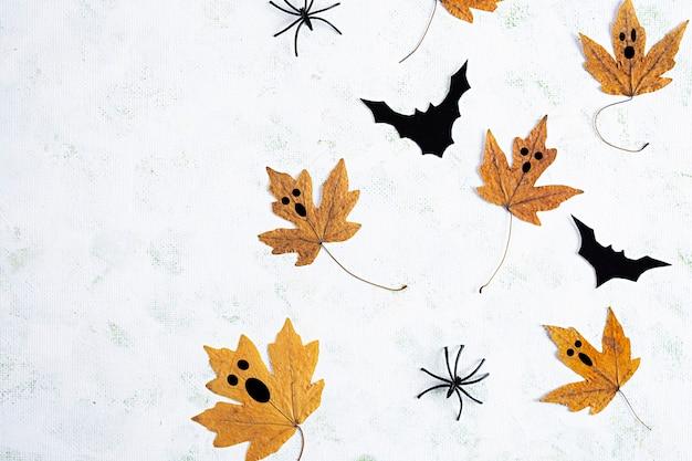 Koncepcja halloween. jesienna kompozycja z liśćmi i mini dyniami. widok z góry
