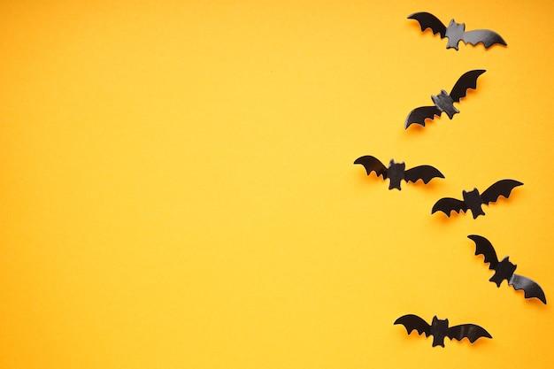 Koncepcja halloween, nietoperze na żółtym tle, miejsce na tekst, leżał płasko.