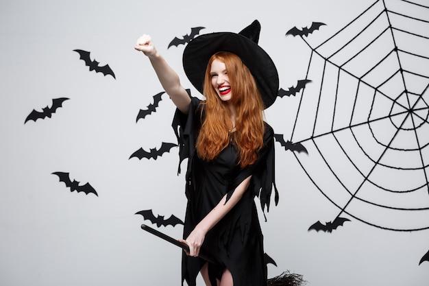 Koncepcja Halloween Szczęśliwa Elegancka Wiedźma Lubi Bawić Się Miotłą Darmowe Zdjęcia