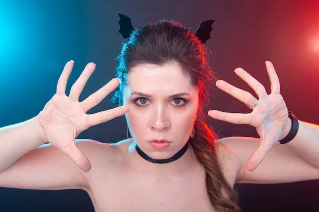 Koncepcja halloween, wakacji i karnawału - wampirzyca w stylu gotyckim.