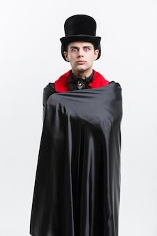 Koncepcja halloween wampira - portret wampira rasy kaukaskiej, śpiącego w kostiumie halloween drakuli.