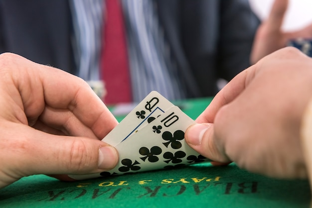 Koncepcja hazardu człowiek gra w pokera w kasynie