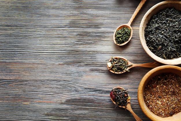 Koncepcja herbaty. różne rodzaje herbaty na powierzchni drewnianych