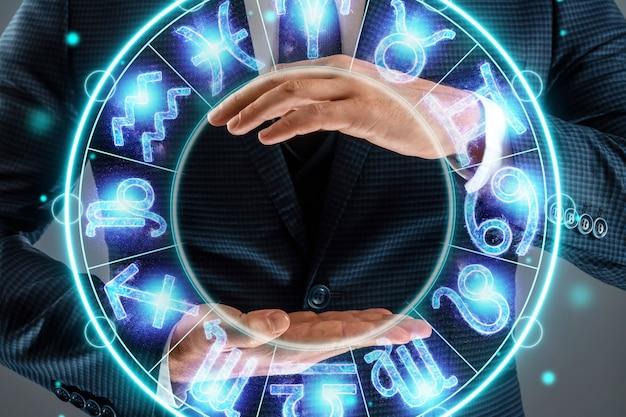 Koncepcja horoskop, człowiek na tle koła ze znakami zodiaku, astrologia. konsultacje z gwiazdami.