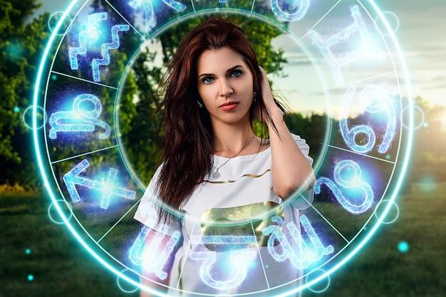 Koncepcja horoskop, portret pięknej dziewczyny na tle koła ze znakami zodiaku, astrologii.