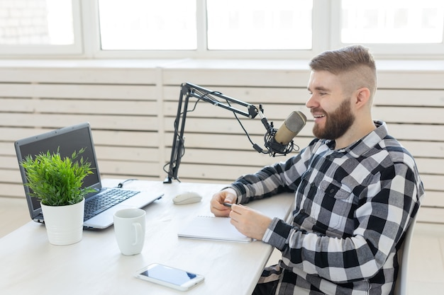 Koncepcja hosta radiowego - widok z boku przystojny mężczyzna pracujący jako gospodarz radiowy w stacji radiowej