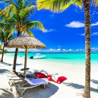 Koncepcja idealnych wakacji tropikalnych - białe piaszczyste plaże i turkusowe morze