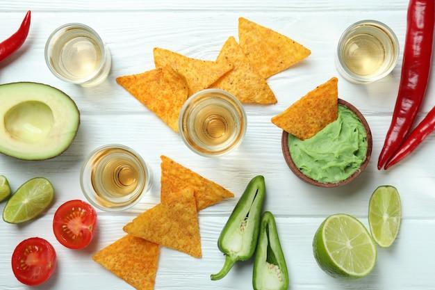 Koncepcja imprezy z tequilą, guacamole i frytkami