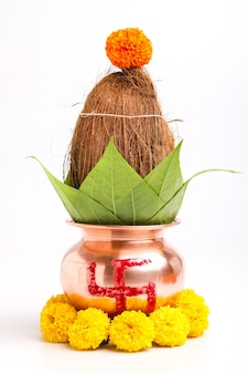 Koncepcja indyjskiego festiwalu akshaya tritiya: dekoracyjna kalasz z kokosem i liściem z dekoracją kwiatową