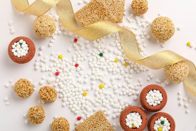Koncepcja indyjskiego festiwalu makar sankranti: tilgul i kula z nasion sezamu lub laddo