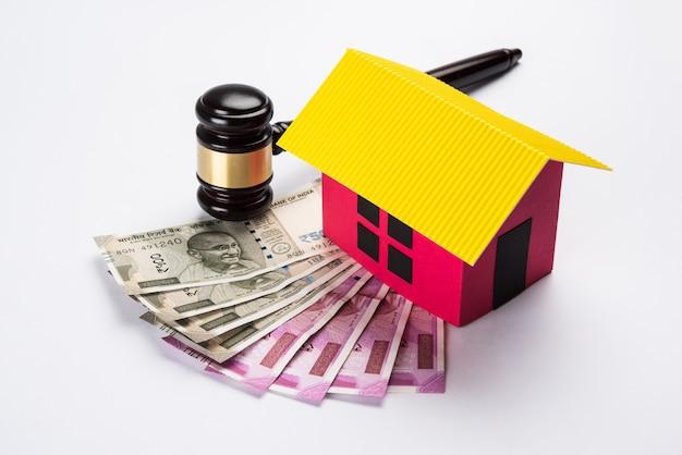 Koncepcja indyjskiego prawa nieruchomości przedstawiająca drewniany młotek, model domu 3d i drewniany młotek, selektywne skupienie