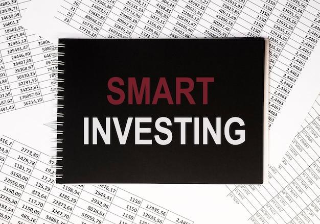 Koncepcja inteligentnego inwestowania. inwestycja słowo. pieniądze i finanse.