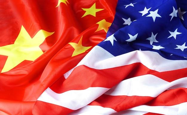 Koncepcja interakcji ameryka - chiny z dwoma flagami narodowymi