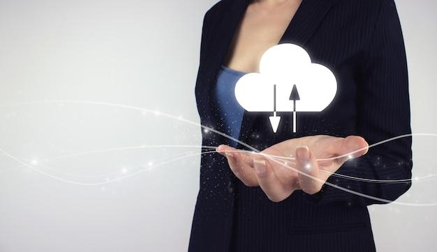 Koncepcja internet technologia cloud computing. ręka trzymać chmurę danych cyfrowych hologram na szarym tle. koncepcja przetwarzania w chmurze.
