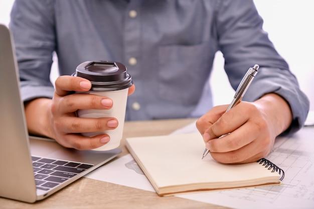 Koncepcja inżynieryjna. inżynier pracuje w biurze. inżynierowie projektują swoje obliczenia pracy.