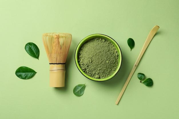 Koncepcja japońskiej herbaty z matchą na zielonym tle