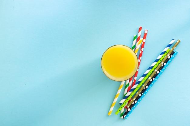 Koncepcja jasny kolor napój lemoniada lub sok słomki kolor wielokolorowy