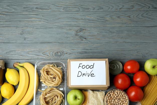 Koncepcja jazdy na jedzenie z posiłkiem na drewnianym stole