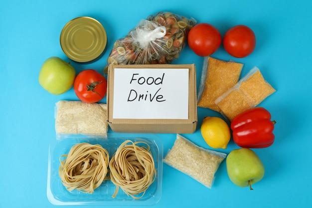 Koncepcja jazdy z jedzeniem z posiłkiem na niebieskim tle