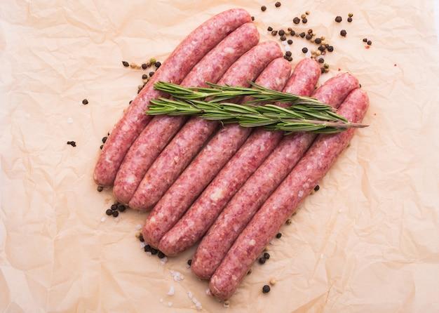 Koncepcja jedzenia i pyszności - kiełbasa z surowego mięsa końskiego