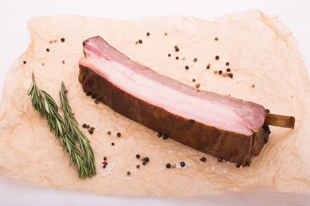Koncepcja jedzenie, mięso i pyszne - mięso końskie z pieprzem, widok z góry.