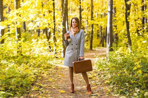 Koncepcja jesień, napój i ludzie z bliska portret młodej pięknej kobiety w szarym płaszczu z kawą.