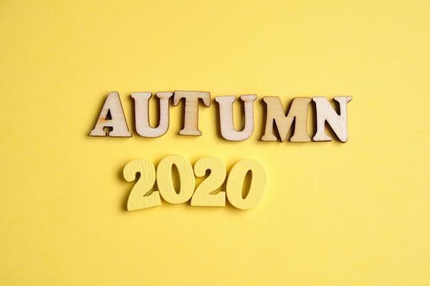 Koncepcja jesieni w nowym roku. drewniane cyfry 2020 z literami