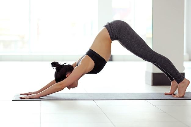 Koncepcja jogi. młoda atrakcyjna kobieta robi ćwiczenia, z bliska